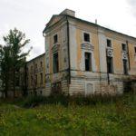 В разрушающейся усадьбе в деревне Грузины до сих пор прописаны люди
