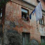 Жители Калязина пожаловались на переселение в разваливающиеся дома с затопленным подвалом