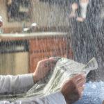 Жильцов многоквартирного дома в центре Твери заливает водой с крыши