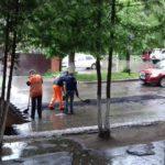 В Ржеве возле администрации асфальт укладывают в лужи