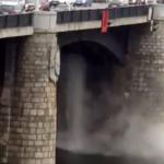 В Твери продолжаются прорывы на теплосетях — водопад горячей воды хлынул из-под моста в Волгу
