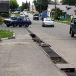 В Старице решётки ливнёвки создают смертельную опасность для водителей и пешеходов