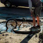 Так люди и пропадают: В Кимрах велосипедист едва не утонул в дорожной яме