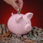 Эксперты: россияне стали откладывать меньше денег на будущее и больше тратить