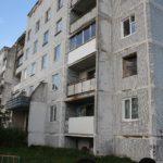 Выезжающие из аварийного дома в Ржеве жители забирают с собой окна и двери