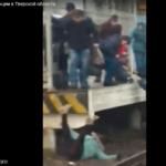 Из-за инцидента на ж/д станции под Тверью людям, фактически, пришлось бежать под поезд
