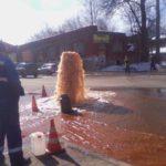 В центре Вышнего Волочка из-под земли забил гейзер ржавой воды