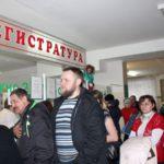 Больницы Бежецка: в огромной очереди смешиваются больные и здоровые