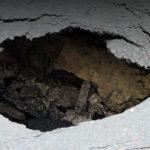 Жительница Вышнего Волочка на неосвещенной улице города провалилась в пробоину в дороге