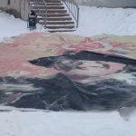 В Тверской области банер «Слава воину-победителю» сняли с дома и бросили под ноги жителей