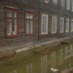 В Вышнем Волочке тонут жильцы многоквартирного деревянного дома