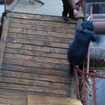 «Пьяный» мост на реке Донховка в Конаково просёл и превратился в полосу препятствий