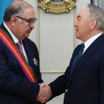 Нурсултан Назарбаев передал Алишеру Усманову Орден Дружбы
