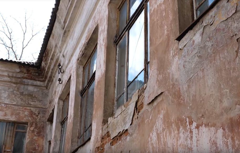 Старейшая школа в Кимрах рушится на глазах уже много лет, но никому до этого нет дела