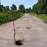 В Ржевском районе на автодороге провалился асфальт, но власть не торопится заделывать яму