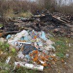 Глава Глазковского с/п Оленинского района «борется» с мусором «по-своему». Все окрестности завалены хламом