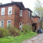 Дом долготерпения. Когда расселят аварийную казарму в Спирово? Или она «похоронит» под собой жителей?
