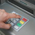 Дверные ручки, кнопки лифтов и терминалов. Ученые назвали основные источники коронавируса