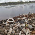 Берега водоёма на Волоколамской развязке под Тверью снова завалены мусором
