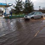 Фотофакт: в Ржеве после дождя чуть не смыло автозаправку