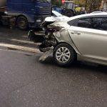 В результате ДТП на Волоколамском проспекте легковой автомобиль отбросило на тротуар. Чудом никто не получил серьезных повреждений
