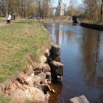Фотофакт: в Вышнем Волочке разрушается набережная вдоль Петровских каналов
