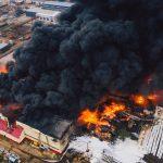 В Твери ликвидировали крупный пожар в промзоне, из-за возгорания обрушились четыре ангара