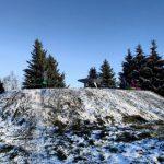 В Калининском районе с вершины воинского мемориала катаются на санках
