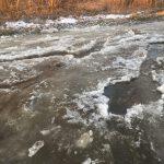 В Ржеве из-за прорыва водопроводной трубы залило целую улицу, на морозе всё превратилось в месиво из льда и грязи
