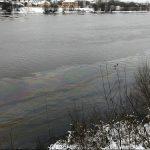 Река Волга в Твери покрылась радужными разводами