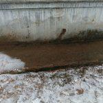 После публикации: в Кимрах убрали кучу песко-соляной смеси от стены жилого дома