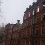 В Вышнем Волочке произошло обрушение одного из символов города — исторического здания фабрики «Пролетарский авангард». Часть фасадной стены рухнула на дорогу