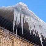 В ЗАТО Озёрный 8-летнюю девочку чуть не убило ледяной глыбой