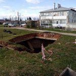 В деревне Даниловское рядом с детским садом образовался огромный провал. Почему чиновники бездействуют?
