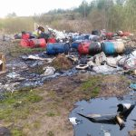 В Медновском сельском поселении нашли ручей из нечистот и опасные бочки на свалке