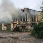 В Вышнем Волочке горит здание бывшего Дома культуры
