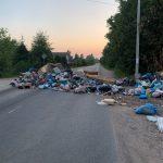 Фотофакт: в Конаковском районе помойка перекрыла дорогу