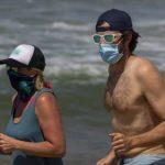 Можно ли заразиться коронавирусом в воде и обязательно ли носить маску на пляже?