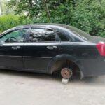 Осторожно, начали воровать колёса! Под Тверью дерзко «разули» машину: автовладелец ищет воров