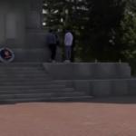 В Ржеве подростки играли в карты прямо на Обелиске