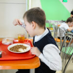 Чем запрещено кормить детей в школах, — напомнил Роспотребнадзор
