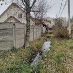 В центре Твери действует древняя канализация: нечистоты сливают прямо в придорожную канаву